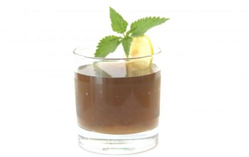 Žihľavový ľadový čaj s citrónom