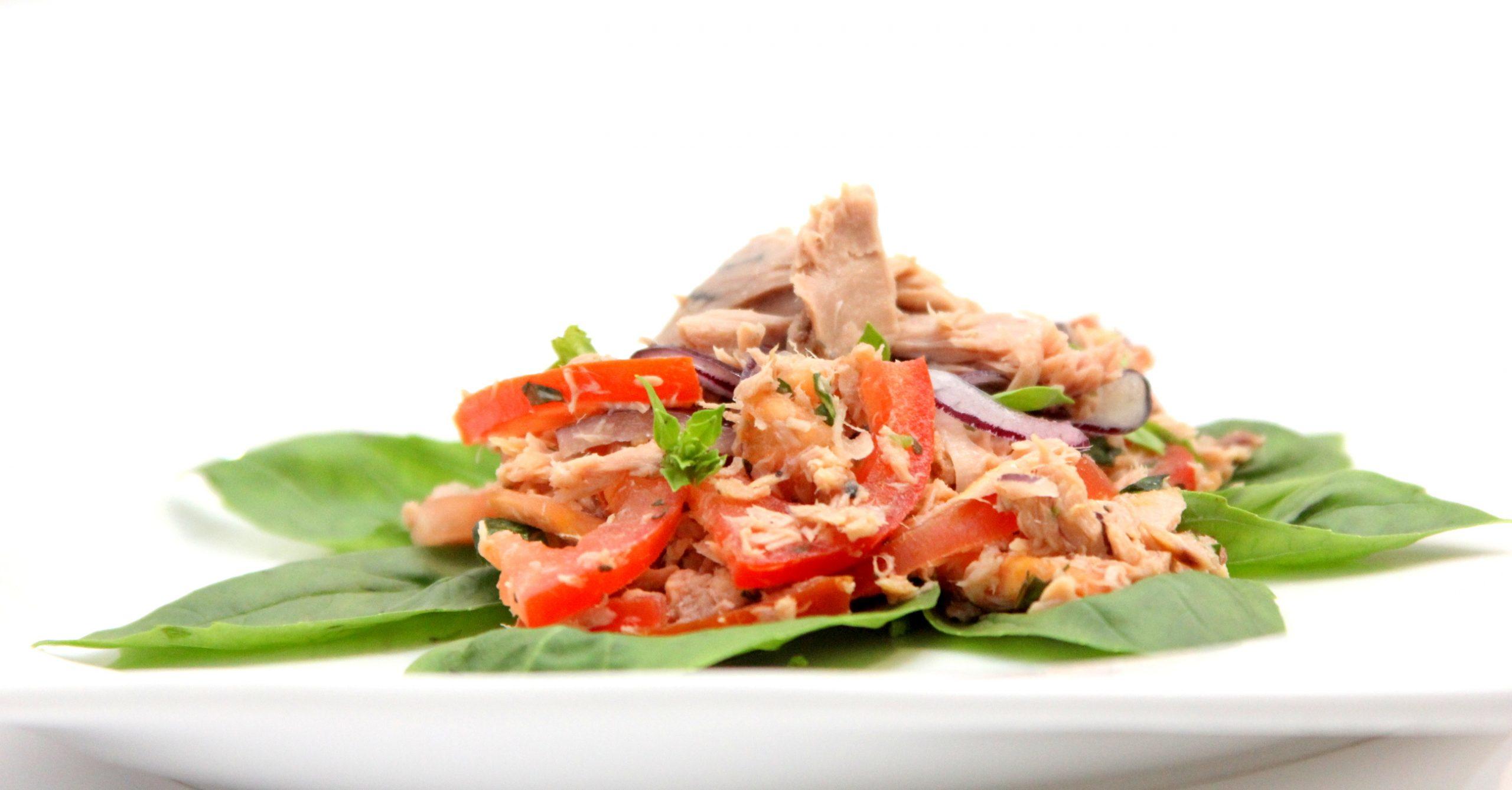 Tuniakový šalát s bazalkou a paradajkami