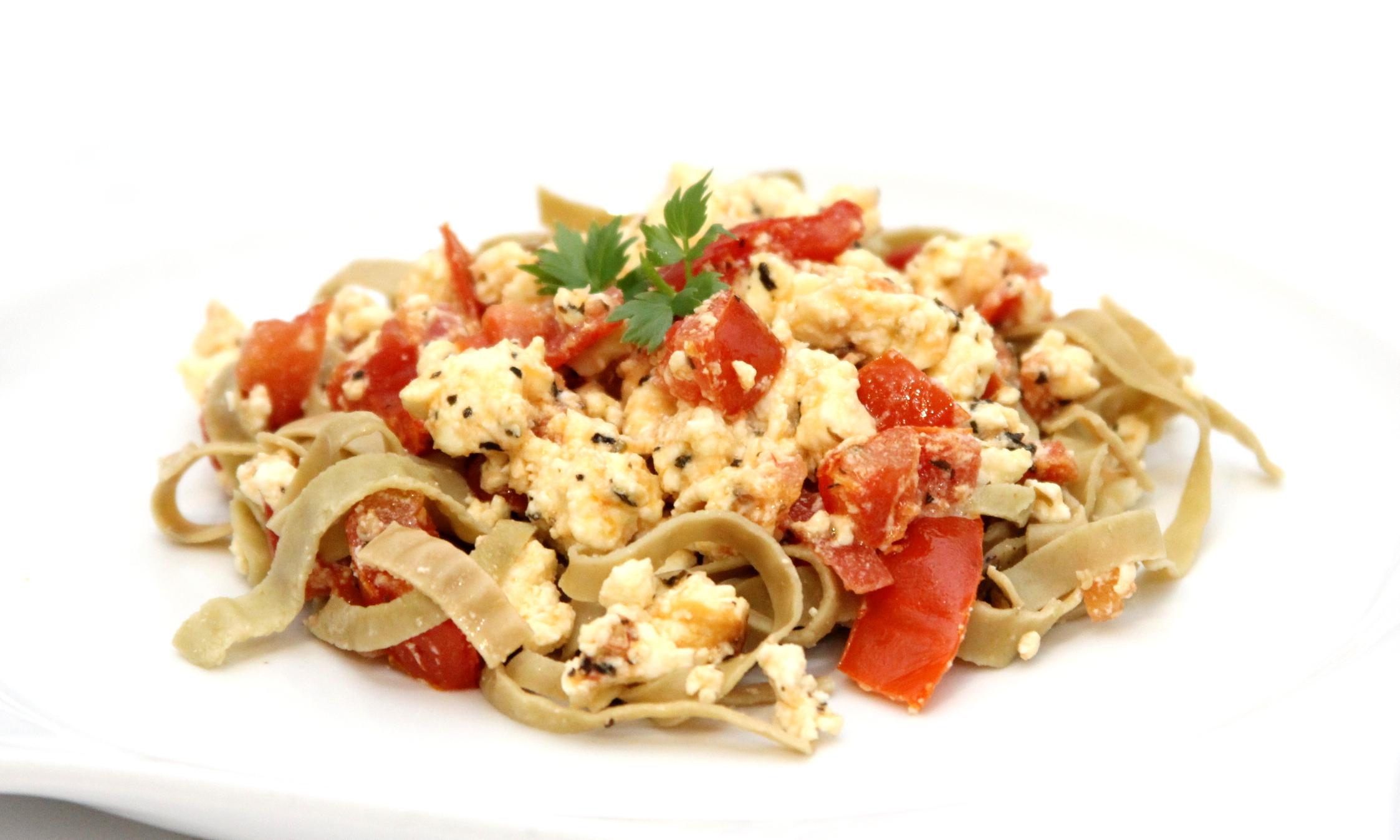 Zapekaný balkánsky syr s paradajkami a bazalkou